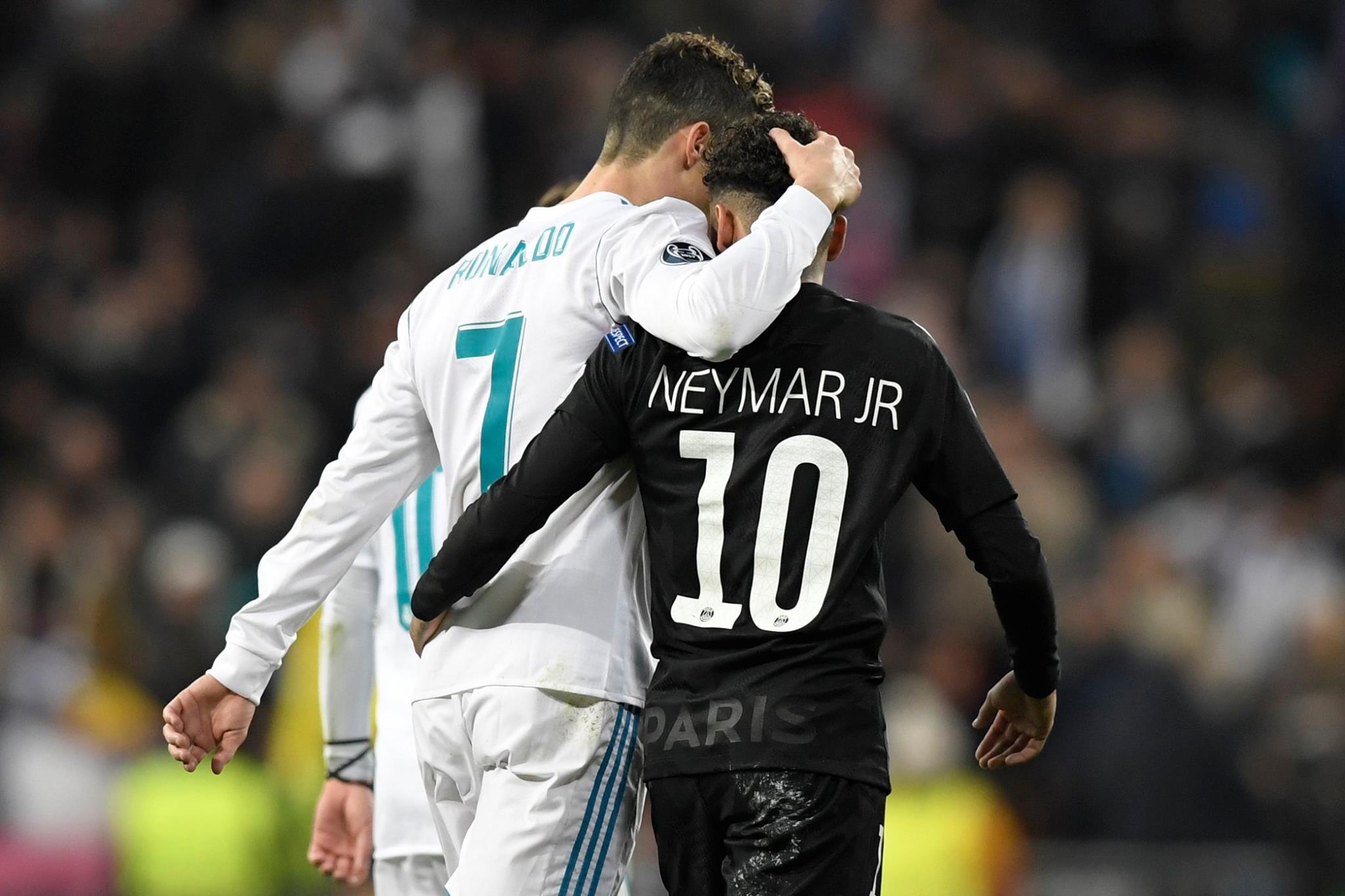 Neymar et Cristiano Ronaldo sur un ring de boxe